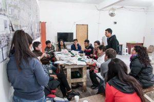 Joaquín Ramos a la izquierda durante uno de los talleres de Mundo Villa